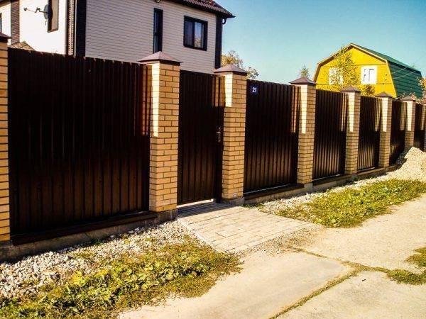 Разбираем поэтапно – как сделать забор из профнастила