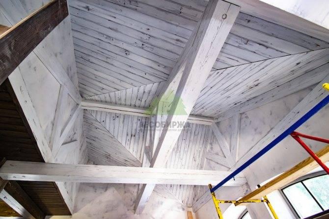 Чем покрыть вагонку на балконе или лоджии: лаки, краска и пропитка