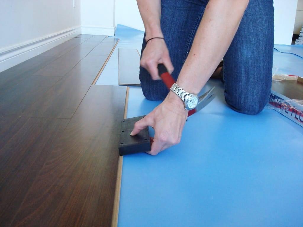 Натяжные потолки - устанавливаются до поклейки обоев или после: что делают сначала, что раньше сделать, что вперед - клеить или натягивать