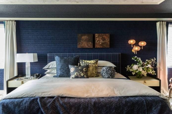Кровать синего цвета в интерьере спальни: фото, плюсы и минусы