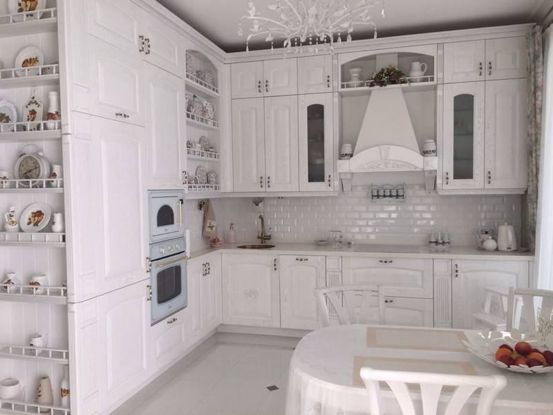 Фартук для белой кухни:яркий, серый, стеклянный или под мрамор для светлой глянцевой кухни, необычные дизайнерские решения