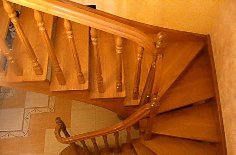 Крепление балясин к тетиве лестницы: как закрепить столб и выполнить монтаж