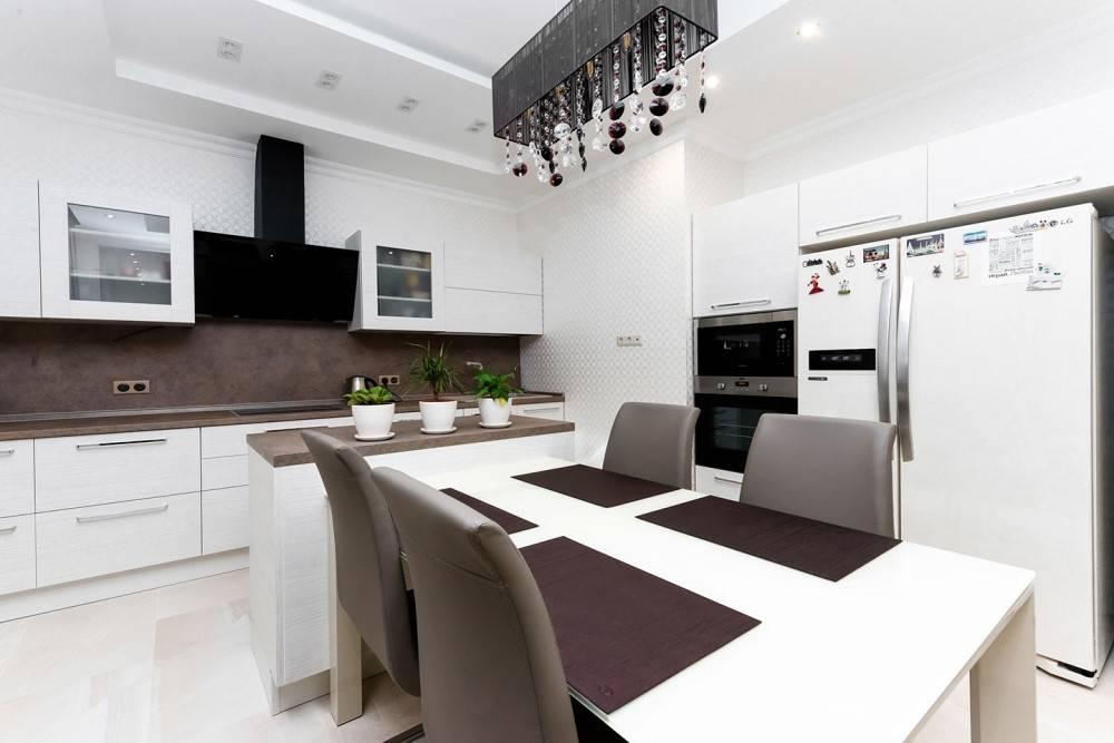 Дизайн классического интерьера маленькой кухни в светлых тонах