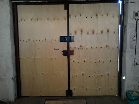Как утеплить металлические ворота в гараже изнутри