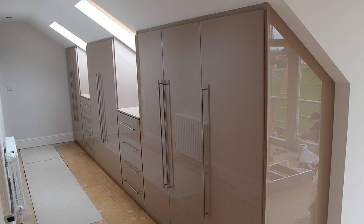 Шкафы на мансарду под крышу: способ организовать пространство