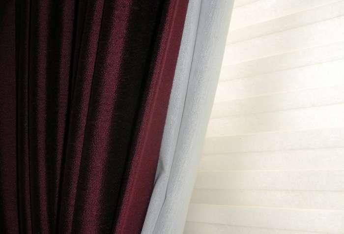 Бордовые шторы в интерьере: грамотное использование