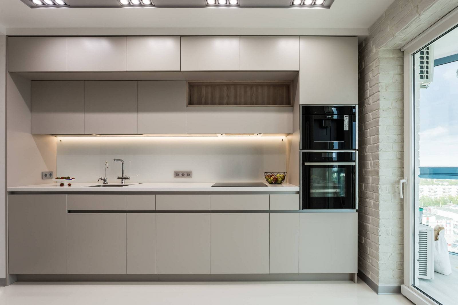 Кухня с низким потолком: практические советы по оформлению и 40+ фото интерьеров
