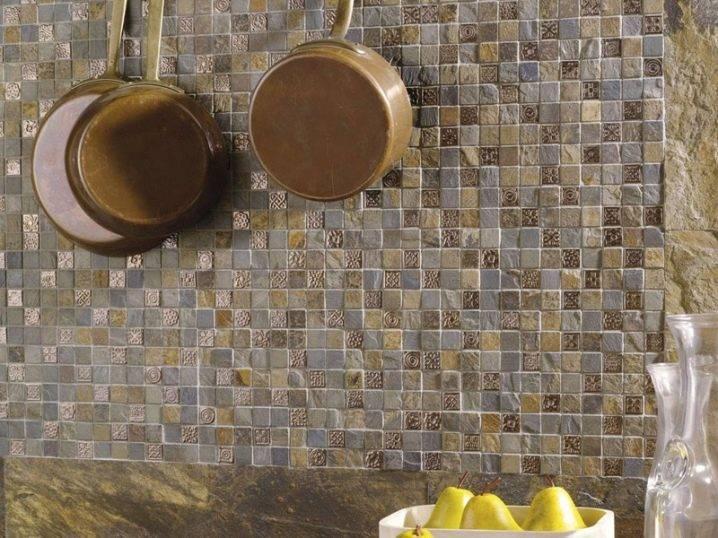 Керамическая мозаика (37 фото): кафельная мозаичная плитка в интерьере, кафель-мозаика и мелкая керамика на мягкой основе