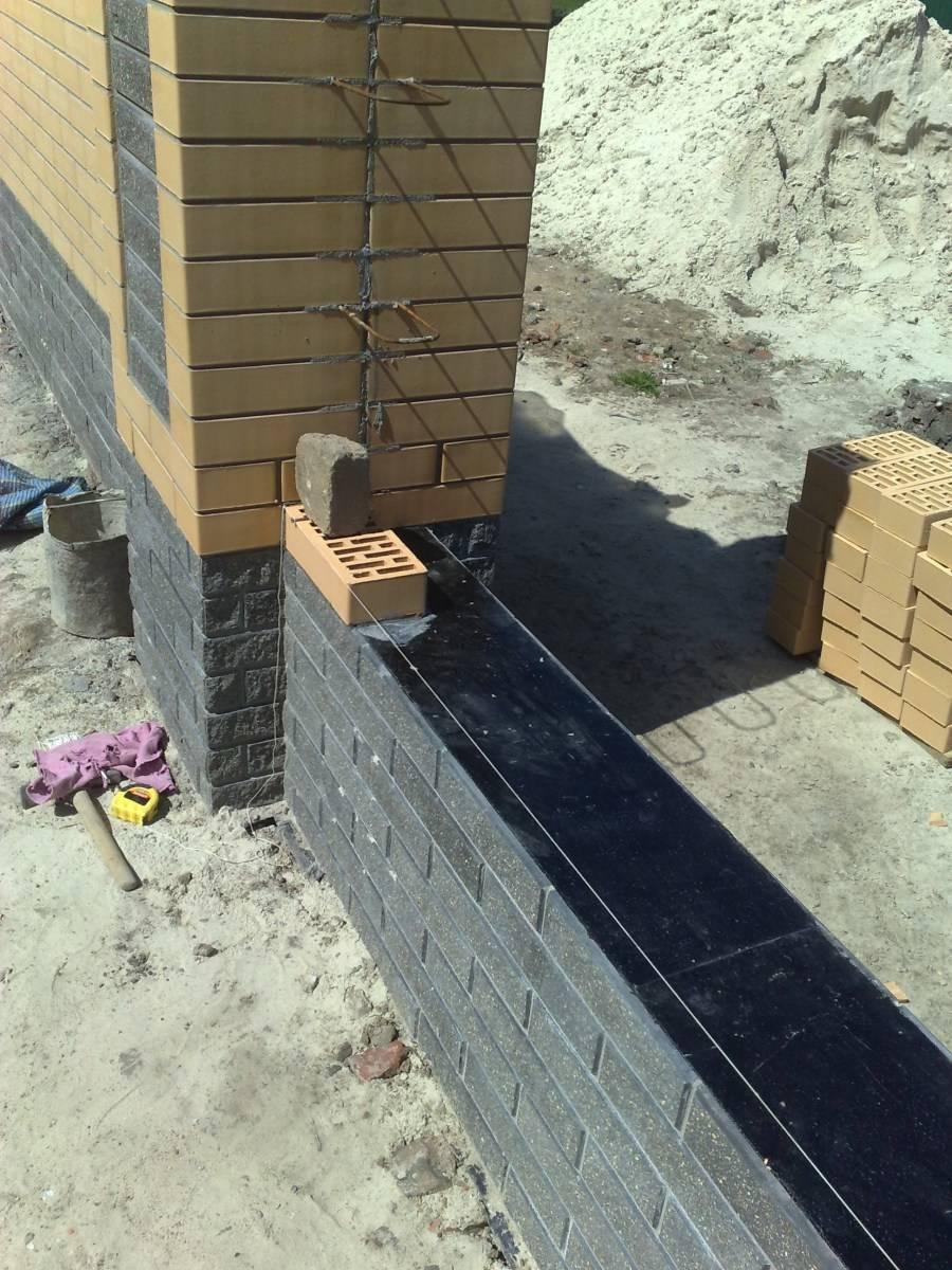 Цоколь (96 фото):что это такое, виды цоколя частных домов, гранитный вариант для вентилируемого фасада здания, высота от земли по нормам