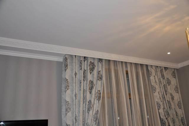 Как прикрепить потолочный карниз к натяжному потолку и повесить гардину