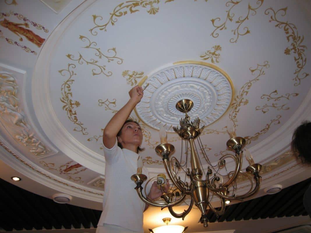 Потолок из гипсокартона с отделкой из лепнины