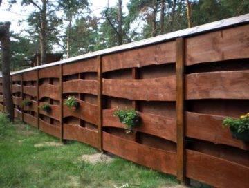 Варианты и виды заборов для частного дома: фото бюджетных и недорогих деревянных и металлических ограждений