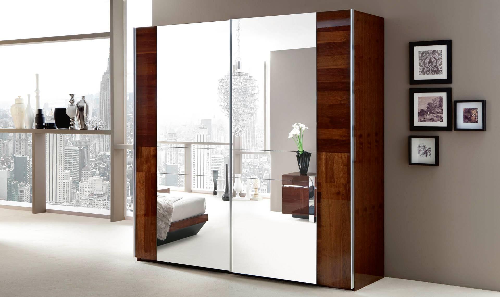 Шкаф-купе с зеркалом (119 фото): зеркальный угловой, встроенный в прихожую или гостиную