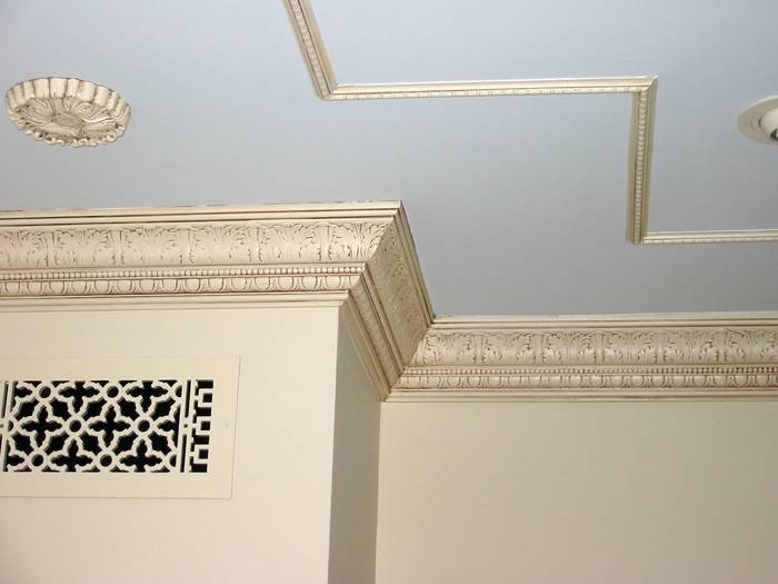 Как подобрать и самостоятельно установить потолочный плинтус для натяжных и других потолков?