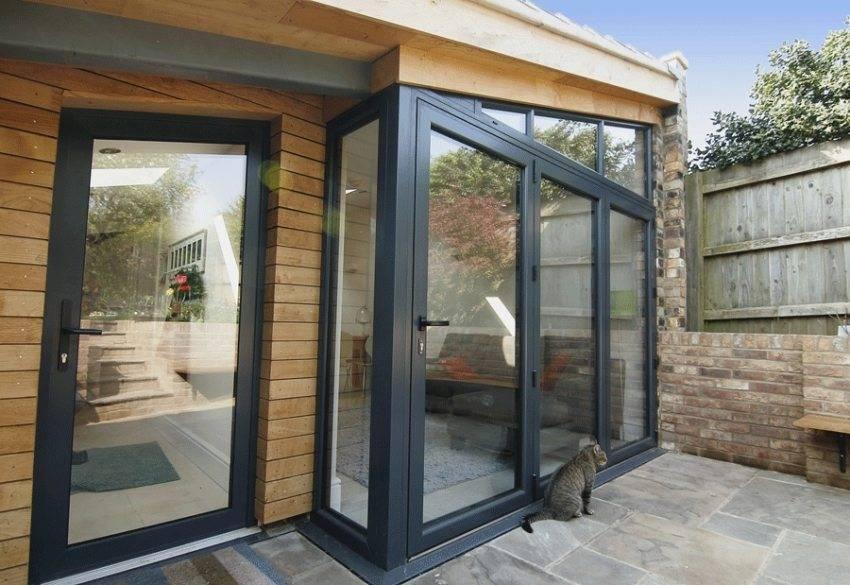Входные металлопластиковые двери для частного дома со стеклом