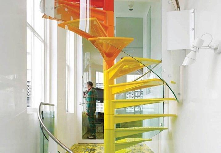 Лестница без перил для дома на второй этаж в интерьере