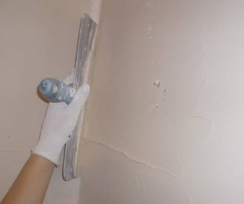 Какой грунтовкой обработать стены перед поклейкой обоев