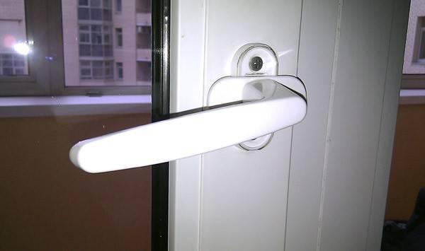 Что делать, если не закрывается пластиковая дверь на балкон?