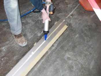 Герметик для бетонных полов: виды, марки и технология нанесения