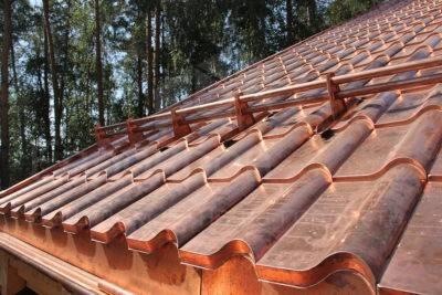 Технология монтажа металлочерепицы: особенности укладки, ремонта и демонтажа композитного материала
