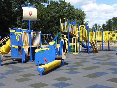 Покрытие для детских площадок на улице и его монтаж