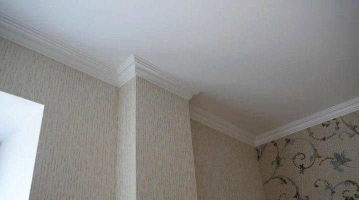 Как клеить плинтуса на потолок? как приклеить вариант из пенополистирола, как правильно резать, как запилить плинтус на потолке