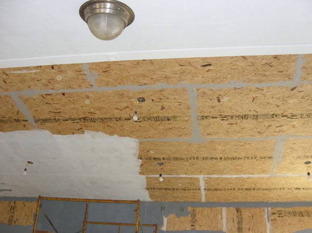 Потолок из осб плит и его отделка: монтаж по деревянным балкам чернового и чем обшить