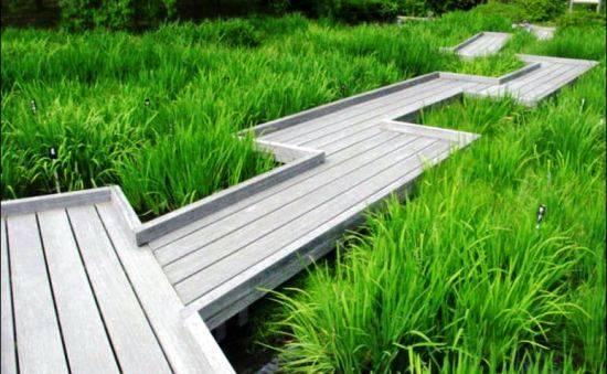 Дорожка из спилов дерева, из досок и поддонов на даче и в саду + фото