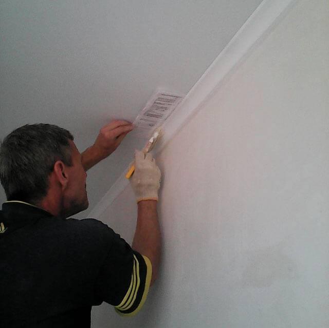 Чем красить потолочный плинтус из пенопласта: краска для покраски, какой краской красить галтели, нужно ли, чем красят плинтуса на потолке