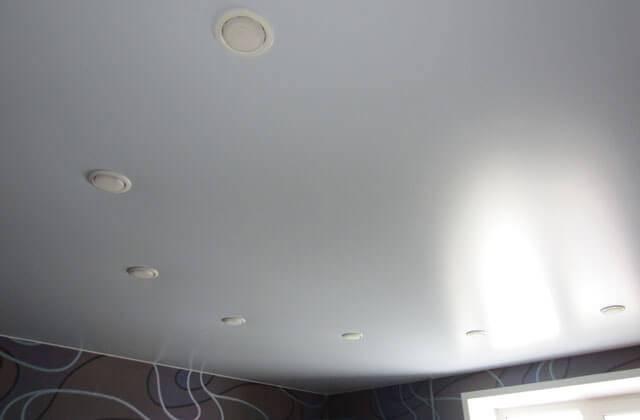 Что лучше, матовый или глянцевый потолок, сравнительный анализ