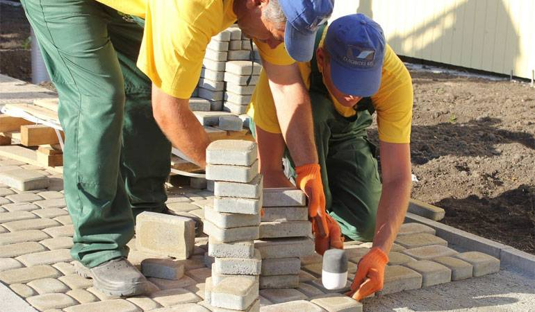 Установка бордюрного камня своими руками: особенности и технологии
