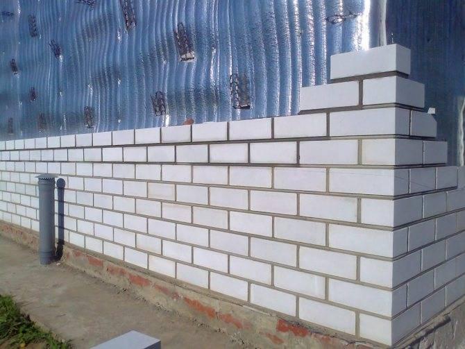 Размер силикатного кирпича: длина и высота стандартного белого одинарного изделия, стандарт веса утолщенного газосиликатного стройматериала