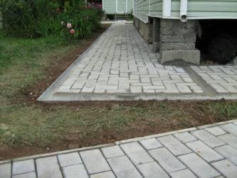 Как правильно сделать отмостку тротуарной плиткой вокруг дома: видео
