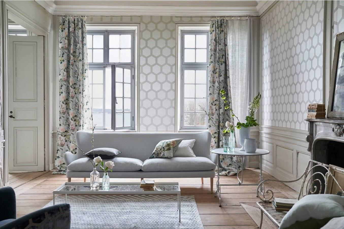 Комбинированные обои в зал (76 фото): идеи комбинирования обоев в гостиной, примеры обоев-компаньонов в интерьере гостиной