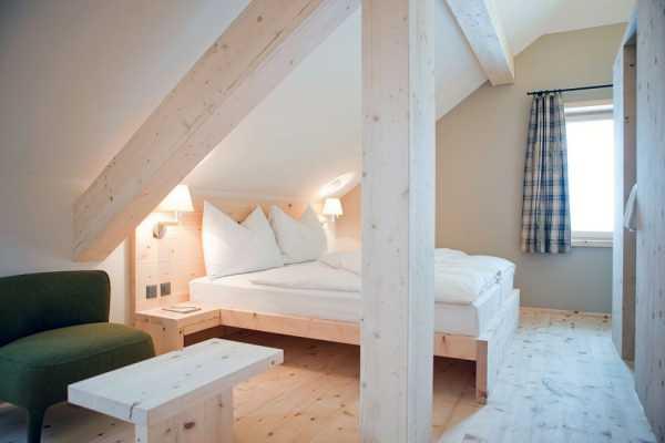 Спальня на мансарде. фотоколекция, варианты дизайна интерьера в разных стилях
