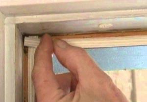 Уплотнитель для дверей (самоклеющийся, резиновый и другие): назначение и самостоятельная установка