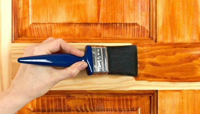 Как покрасить деревянную дверь: правильная технология и применяемые материалы