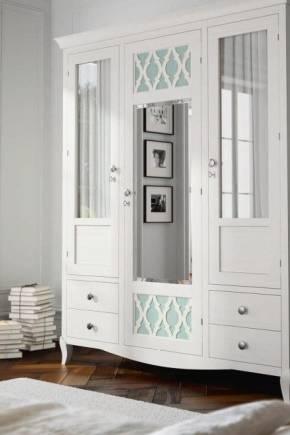 Белый шкаф в спальне