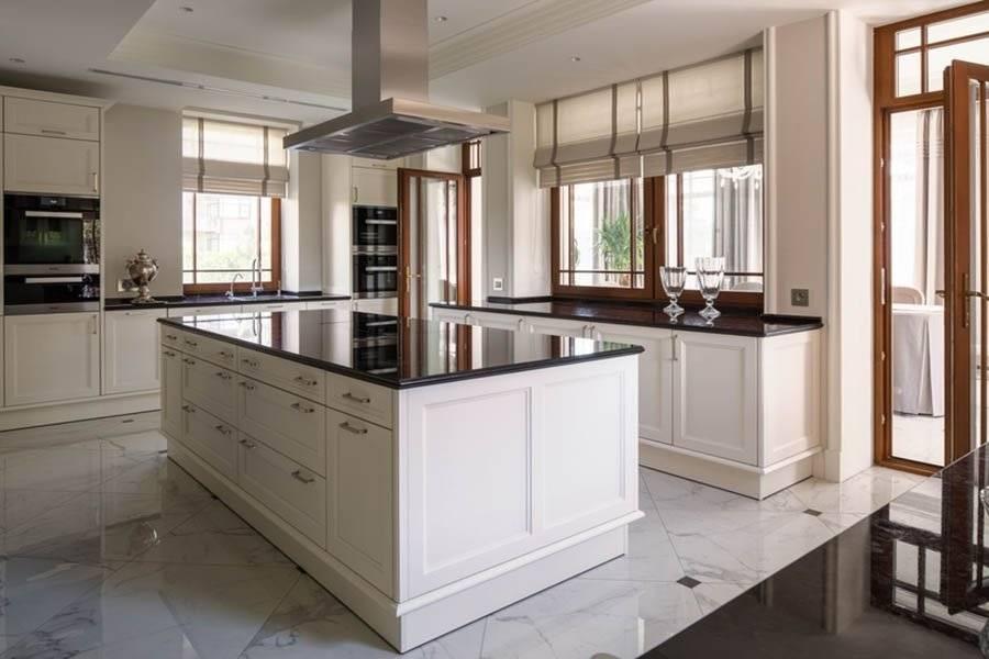 Кухня в стиле неоклассика (92 фото): особенности интерьеров в неоклассическом стиле, варианты дизайна, выбор кухонного гарнитура и штор