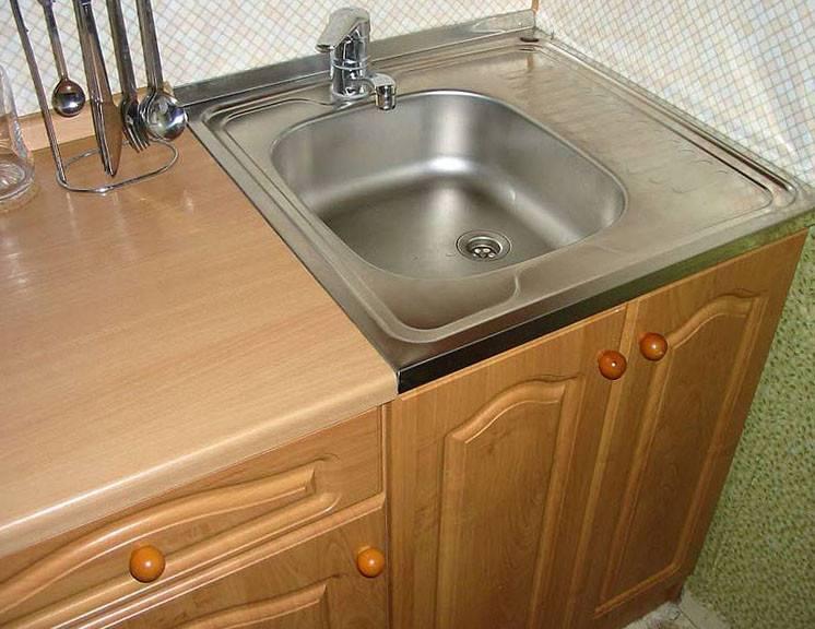 Как установить и закрепить старую накладную мойку на кухне.