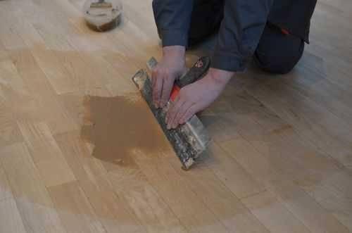 Чем заделать щели в ламинате на полу