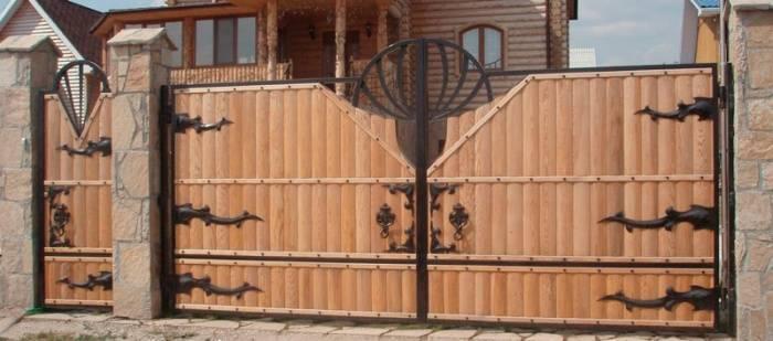 Деревянные ворота на металлическом каркасе под старину в гараж как сделать откатные врата с ковкой своими руками, установка секционных створ резных