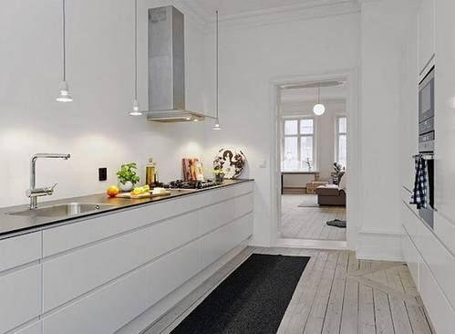Оригинальный одноуровневый дизайн кухни без навесных шкафов