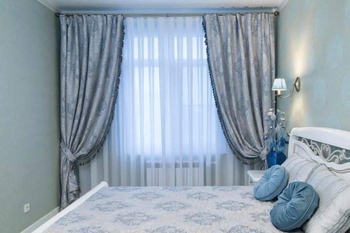 Голубая спальня - обои, потолок, шторы в интерьере
