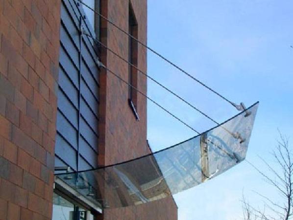 Козырьки из поликарбоната: разнообразие форм и конструкций