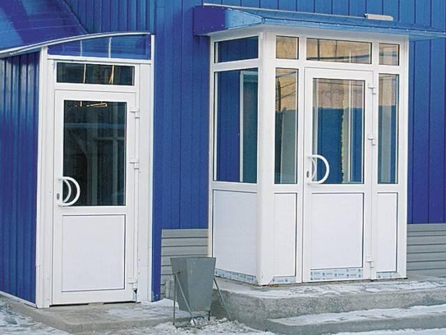 Металлопластиковые двери (28 фото): окна и входные двери со стеклом для частного дома, межкомнатные конструкции из металлопластика