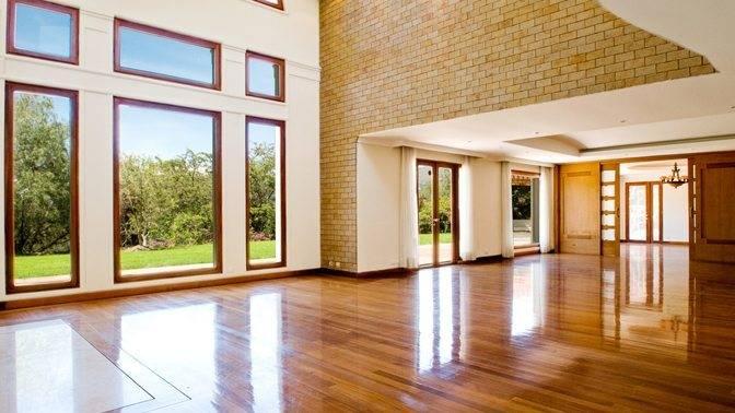 Чем покрыть деревянный пол в квартире или доме: маслом, лаком, воском или краской