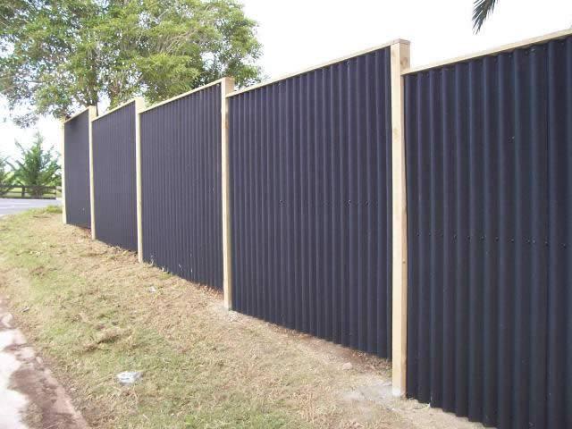 Забор из шифера (28 фото):  варианты из волнового и плоского материала, железный шиферный забор