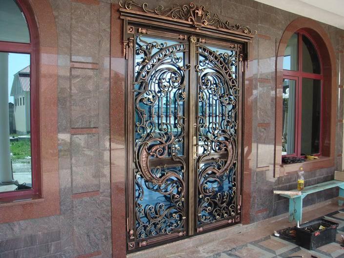 Входные двери с кованые: разновидности, устройство, комплектующие, особенности монтажа и эксплуатации