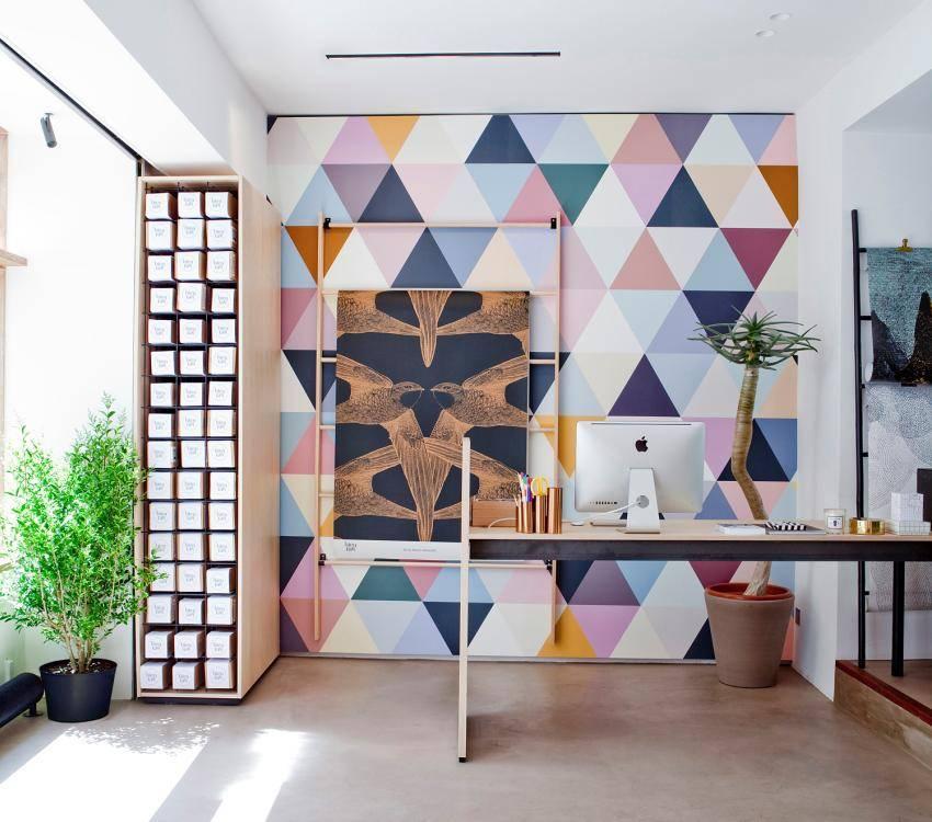 Обои «геометрия» (57 фото): интерьеры с геометрическими рисунками, крупные настенные узоры на стене